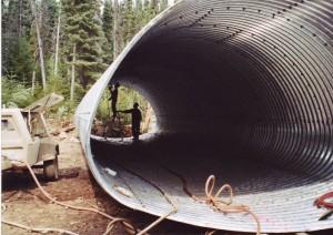 Installation d'un ponceau sous le chemin forestier