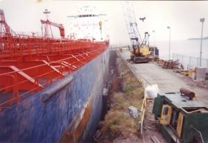 Nettoyage au jet de sable de la coque d'un navire